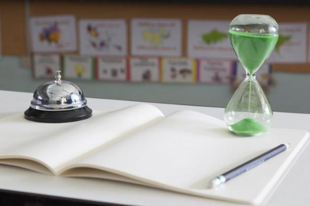 reloj-de-arena-verde-en-el-aula_41451-144
