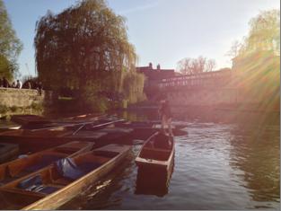 punting en el río Cam de Cambridge